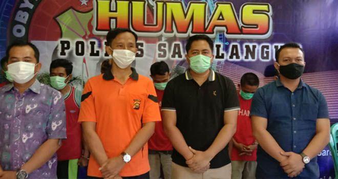 Kapolres Sarolangun AKBP Deny Heryanto menyampaikan pres rilis.