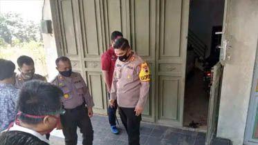 HERMAS PURWADI / RADAR SLAWI DATANGI TKP – Kapolres Tegal AKBP Muhammad Iqbal Simatupang SIK memimpin olah TKP pembunahan pasutri pemilik konter Berkah Tronik.