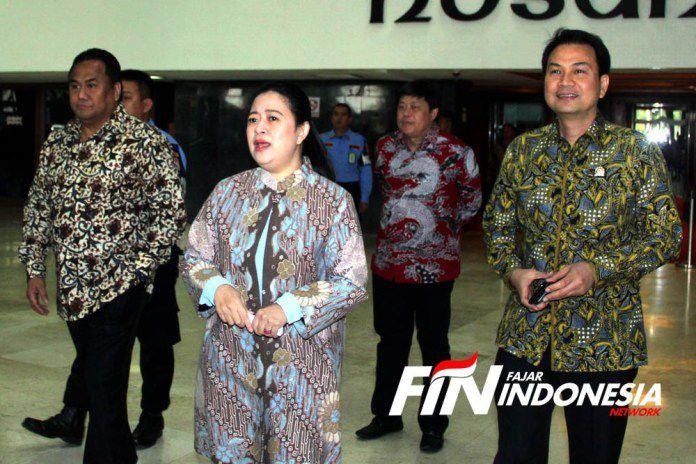Ketua DPR RI, Puan Maharani didampingi Wakil Ketua DPR, Azis Syamsuddin dan Rachmad Gobel saat keluar dari Gedung Parlemen Senayan, Jakarta, Senin (21/10/2019).