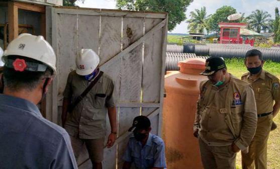 Wabup Sarolangun, H. Hilallatil Badri, saat melakukan penggecekan alat kelengkapan penangganan Karhutla.