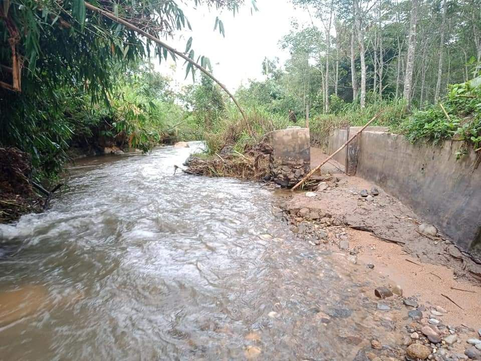 Imbasdampak dari hujan deras yang disertai angin kencang, Senin Senin (2/9/2020) lalu, membuat saluran irigasi primer di Desa Pengasi Baru, Kecamatan Bukit Kerman, Kabupaten Kerinci, jebol.