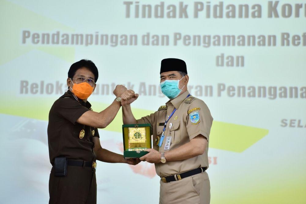 Penyerahan Pelakat oleh Kajati Jambi Kepada Walikota Jambi.