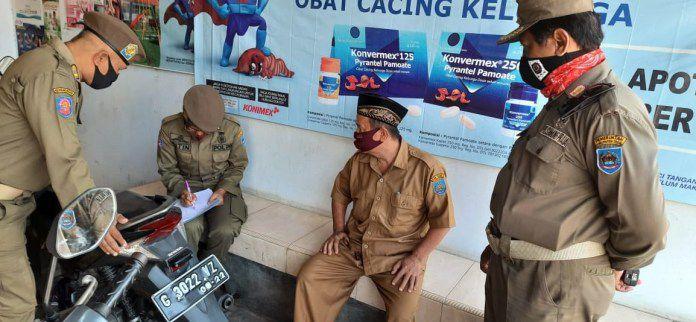 Petugas Satpol PP Kabupaten Tegal mendata ASN yang keluyuran disaat jam kerja, Selasa (15/9).