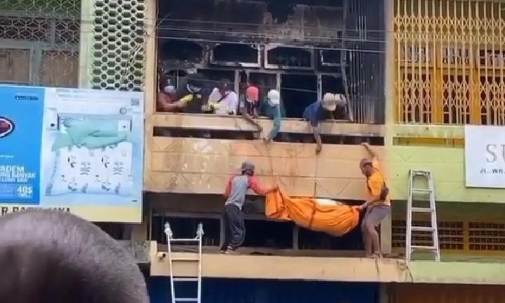 Jasad yang hangus terbakar dalam ruko kawasan Gang siku, Pasar Jambi diketahui identitaasnya, yaitu bernama M. Arifin Daud Warga RT 10, Kasang Jaya, Kecamatan Jambi Timur.