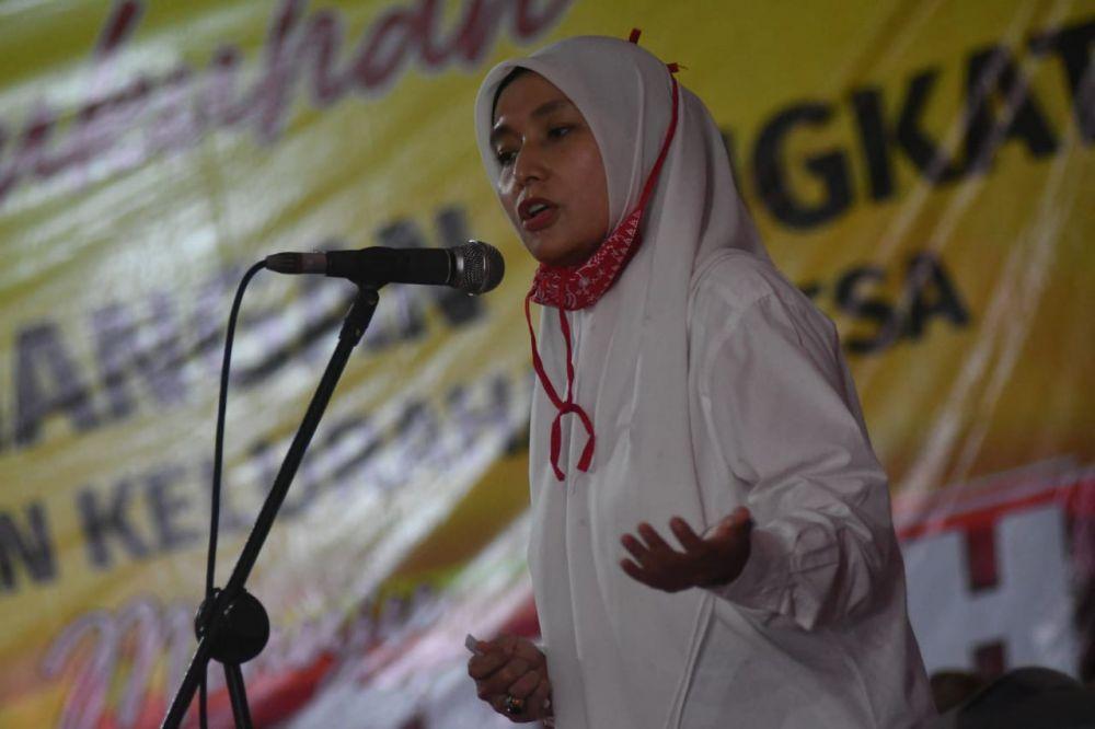 Bakal calon wakil gubernur Jambi, Ratu Munawaroh mengukuhkan tim pemenangan di Kelurahan Teluk, Kecamatan Pengabuan.