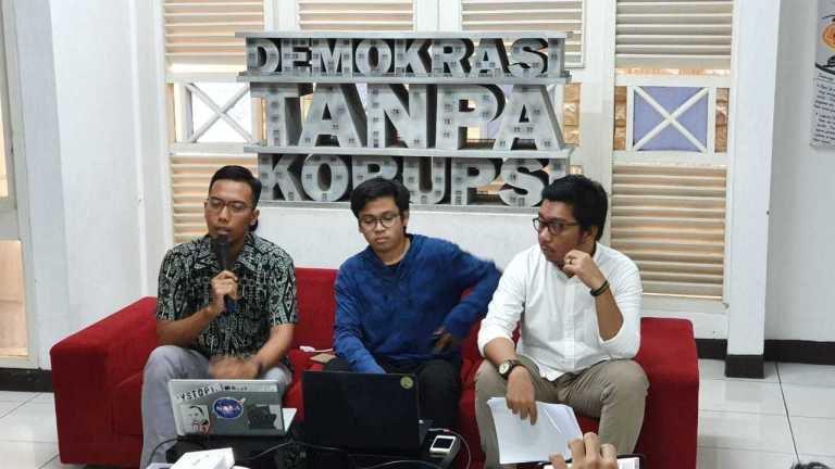 FOTO: RIZKY AGUSTIAN/FIN DESAK TINGKATKAN KE TAHAP PENYIDIKAN: Peneliti ICW, Kurnia Ramadhana (tengah) dalam diskusi di Kantor ICW, Kalibata, Jakarta, Minggu (12/5).