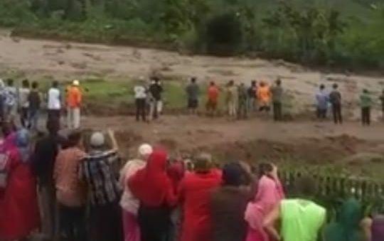 Banjir Bandang Kayu Bercampur Lumpur, Terjang Desa Talang Kemuning Kerinci
