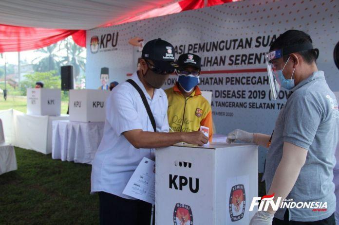 Pemilih menunjukan kertas surat suara saat pelaksanaan simulasi pemungutan suara dengan protokol kesehatan pecegahan dan pengendalian COVID-19 pada Pilkada serentak 2020 di TPS Lapangan PTPN Cilenggang, Kecamatan Serpong, Tangerang Selatan, (14/9). Simulasi pemungutan suara dengan protokol kesehatan pecegahan dan pengendalian COVID-19 tersebut guna memberikan pembelajaran kepada pemilih dalam pelaksanaan pemungutan suara Pilkada serentak 2020 di tengah pandemi COVID-19 yang akan berlangsung pada 9 Desember 2020 mendatang. FOTO: FAISAL R. SYAM / FAJAR INDONESIA NETWORK.