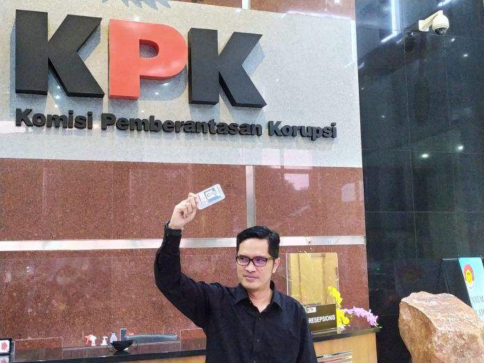 Kabiro Humas KPK Febri Diansyah berpose usai mengumumkan pengunduran dirinya di Gedung Merah Putih KPK, Kuningan, Jakarta, Kamis (24/9).