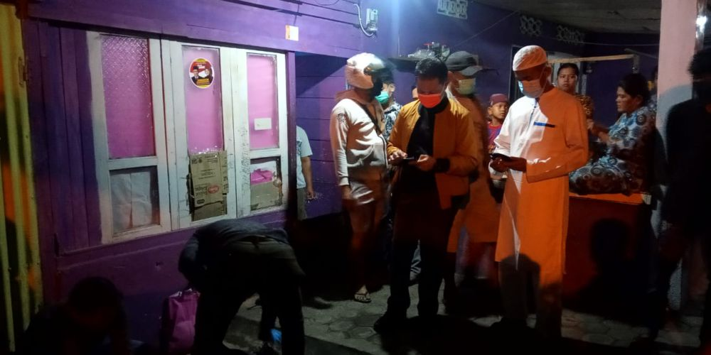 Polisi saat melakukan olah TKP di Legok Rabu (30/9).