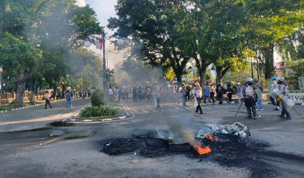 Polisi Paksa Mundur Demonstran Hingga Simpang Bank Indonesia.
