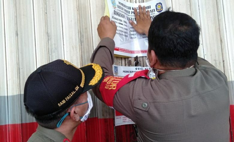 Petugas melakukan penyegelan Swalayan Angkasa di kawasan Mayang Kota Jambi (19/10).