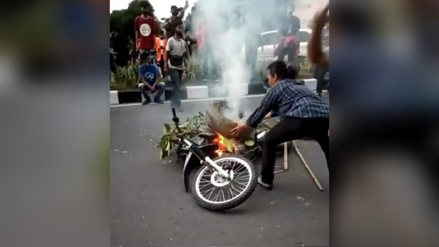 Motor polisi di bakar massa saat terjadinya aksi penolakan Omnibus Law di gedung DPRD Provinsi Jambi yang berujung ricuh lalu.