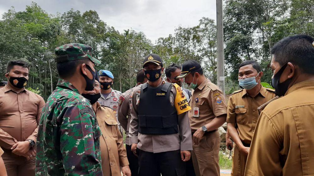 Wabup Kerinci bersama Forkopimda saat berada di lokasi bentrokan di Kerinci.