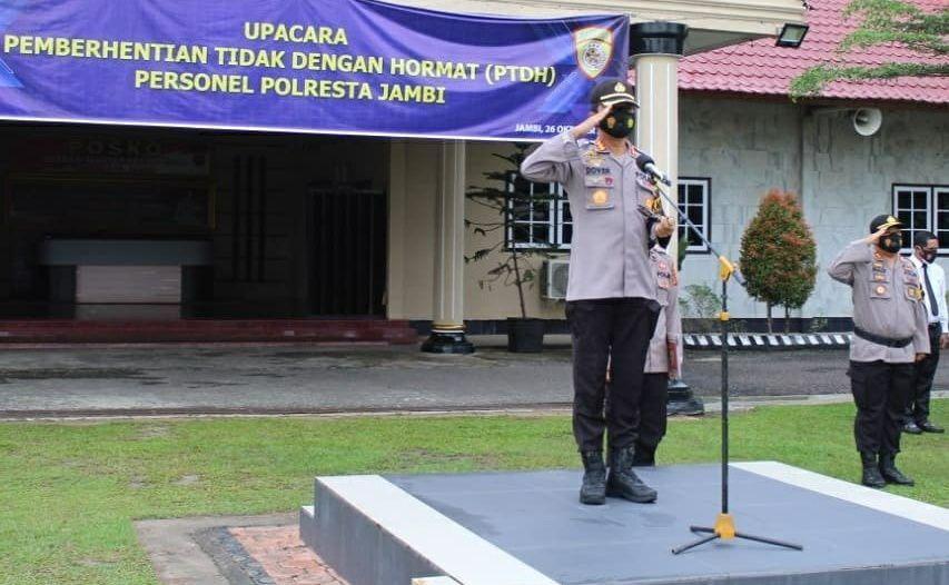 Kapolresta Jambi Kombes Pol. Dover Christian saat memimpin upacara PTDH dua PAMA secara tidak hormat