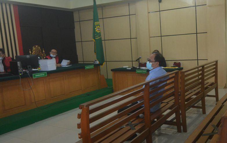 Jow Fando Yoesman alias Asiang saat memberi kesaksian di persidangan kasus gratifikasi dengan terdakwa mantan Plt Kadis PUPR Provinsi Jambi H Arfan di Pengadilan Tipikor Jambi, kemarin (12/11)