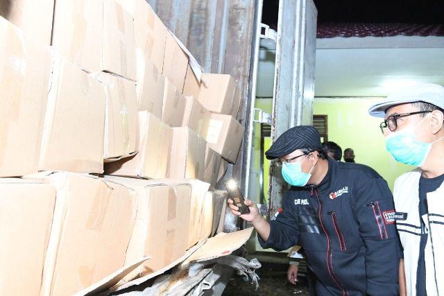 Komisioner KPU Provinsi Jambi Sanusi bersama anggota Bawaslu Provinsi Jambi Fachrul Rozi saat mengecek surat suara yang baru saja sampai di Jambi Kamis dini hari kemarin (19/11).