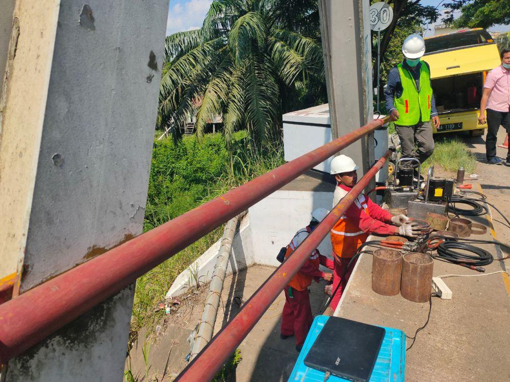 Pekerja melakukan penggantian bantalan karet Jembatan Batanghari I.
