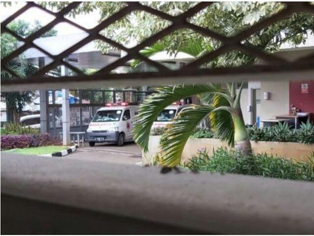 Dua mobil ambulans yang ditengarai menjemput lima tahanan Komisi Pemberantasan Korupsi (KPK) di Rutan Cabang KPK Gedung Merah Putih, Kuningan, Jakarta, Rabu (13/1). Kelima tahanan itu terkonfirmasi positif Covid-19 berdasarkan hasil tes swab PCR yang dilakukan pada Senin (11/1). Para tahanan akan dilarikan ke RSD Wisma Atlet, Kemayoran, Jakarta, untuk menjalani perawatan dan isolasi mandiri. (Istimewa)