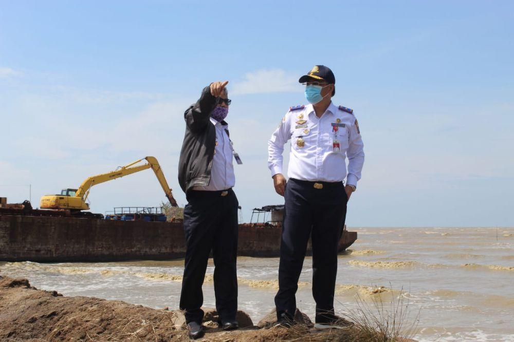 Kepala Dinas Perhubungan Provinsi Jambi ketika meninjau progres pembangunan pelabuhan ujung jabung.