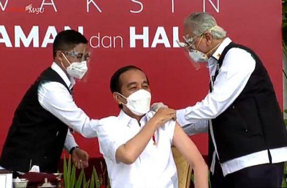 Presiden Joko Widodo (Jokowi) menjadi orang pertama di pemerintahan yang disuntikan vaksin Covid-19 pertama kali pada Rabu (13/1). Penyuntikan vaksin Covid-19 ini dilakukan di Istana Merdeka.