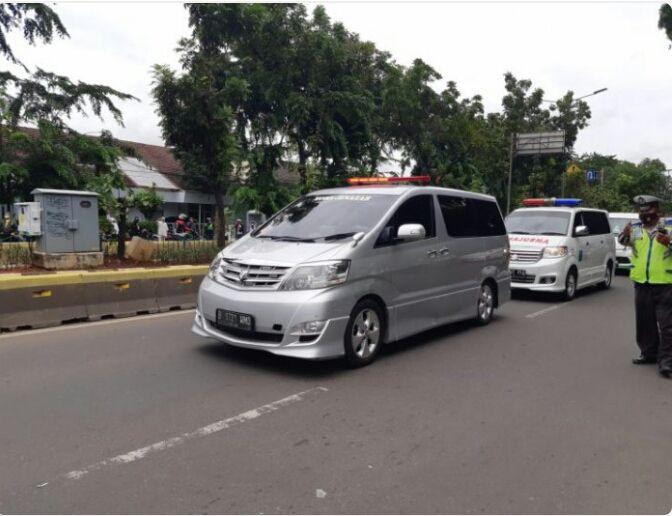 PANUTAN: Jenazah almarhum Syekh Ali Jaber tiba di rumah duka yang berlokasi di Perumahan Taman Berdikari Sentosa, Rawamangun, Jakarta Timur, pada Kamis (14/1), pukul 14.15. (Muhammad Ridwan/JawaPos.com)