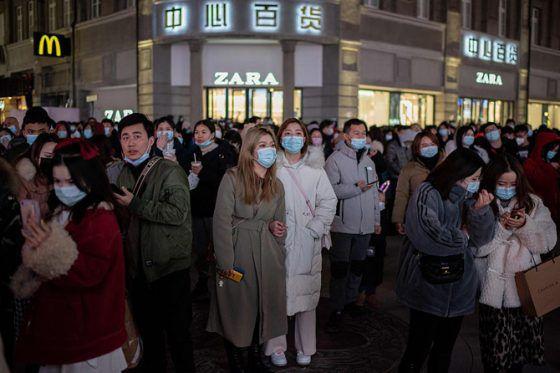 Warga Tiongkok dalam sebuah event dengan menerapkan protokol kesehatan. Tiongkok mengalami lonjakan kasus baru Covid-19.