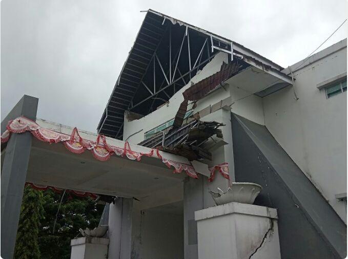 Bekas gempa yang membuat gedung pemerintahan rusak sejak Jumat kemarin Area lampiran