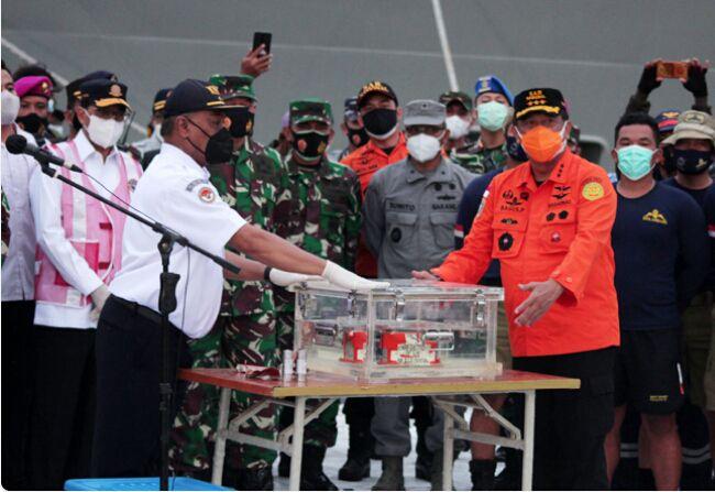 Kotak hitam (black box) FDR pesawat Sriwijaya Air dengan nomor penerbangan SJ182 Jakarta - Pontianak diperlihatkan di Dermaga JICT, Tanjung Priok, Jakarta, Selasa (12/1/2021). Kotak hitam jenis FDR (Flight Data Recorder) selanjutnya akan dibawa ke laboratorium KNKT untuk dilakukan investisigasi lebih lanjut. (Dery Ridwansah/ JawaPos.com)