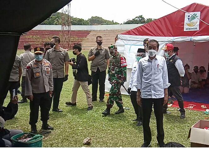 Presiden Jokowi saat meninjau camp pengungsian di Stadion Manakarra, Mamuju. (Ishak/fajar.co.id)