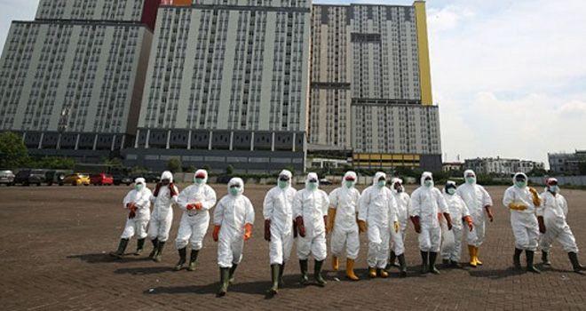 Petugas PMI menyiapkan alat penyemprotan cairan disinfektan pada Wisma Atlet di Kemayoran, Jakarta, Sabtu (21/3/2020). HARITSAH ALMUDATSIR/JAWA POS