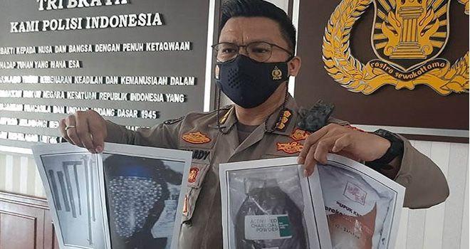 Kepala Bidang Humas Polda Aceh Kombespol Winardy memperlihatkan foto barang bukti penangkapan terduga teroris di Mapolda Aceh di Banda Aceh, Sabtu (23/1). (M. Haris S.A./Antara)