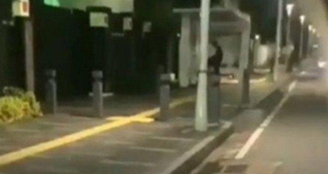 Tangkapan layar video yang menampilkan sepasang pemuda melakukan tindakan asusila di halte bus Senen, Jakarta Pusat. (Istimewa)