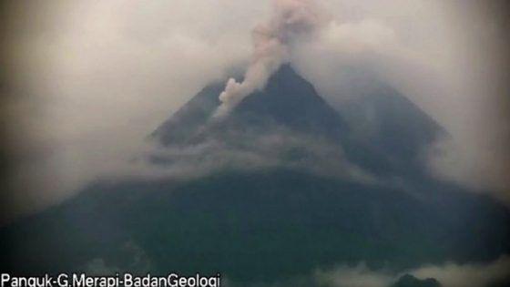 Gunung Merapi terpantau memuntahkan awan panas, Senin sore (25/1) tepatnya 17.11. Berdasarkan data laporan BPPTKG, awan panas guguran meluncur sejauh 1,2 kilometer. Tepatnya menuju hulu Kali Krasak dan Kali Boyong.