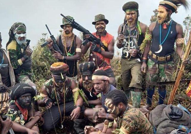 Tentara Nasional Pembebasan Papua Barat (TNPPB) saat memamerkan senjata yang mereka miliki.