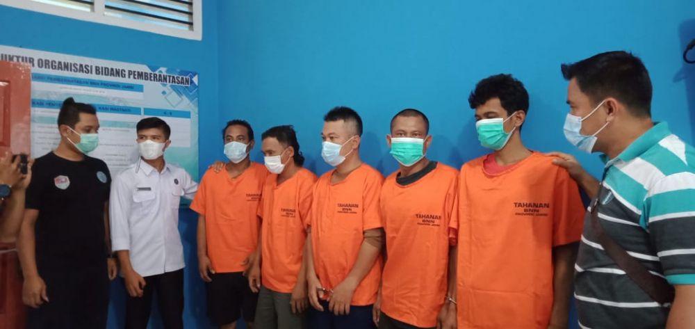 Lima pelaku penyalahgunaan narkoba jenis sabu diamankan oleh BNNP Jambi, dua diantanya terpaksa dilumpuhkan dengan timah panas.