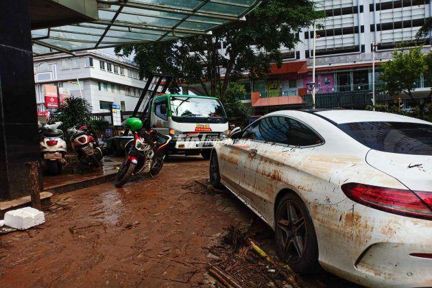 Kondisi pasca banjir di Jalan Kemang Raya, Jakarta, Minggu (21/02). Banjir sempat merendam kawasan Jalan Kemang Raya tersebut dari ketinggian 30 cm sampai 1,5 meter pada Sabtu 20 Februari 2021.