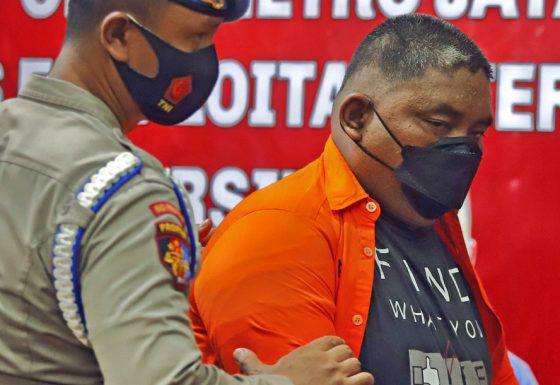 Bripka CS tersangka penembakan dihadirkan saat konferensi pers di Polda Metro Jaya, Jakarta, Kamis (25/02/2021). Dalam rilis tersebut Bripka CS yang di tetapkan sebagai tersangka. Kejadian tersebut mengakibatkan tiga orang meninggal dunia salah satunya merupakan anggota TNI AD dan satu korban mengalami luka.
