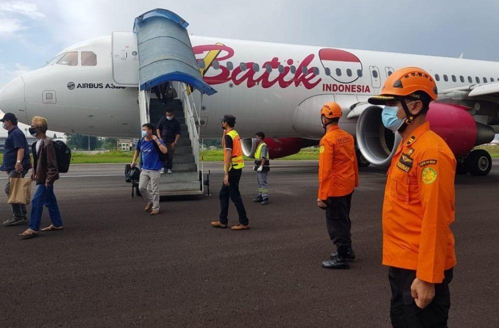 Proses evakuasi pesawat Batik Air ID 6803 PK - LUT dari tengah landasan terkendala hujan.