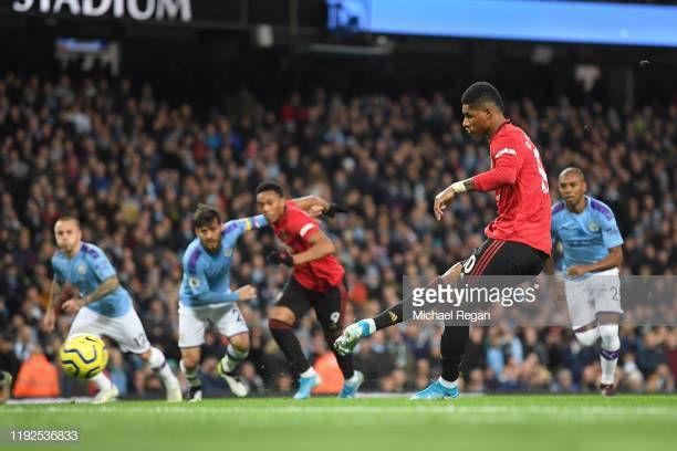 Marcus Rashford mengeksekusi penalti dalam derbi Manchester/Michael Regan/Getty Images