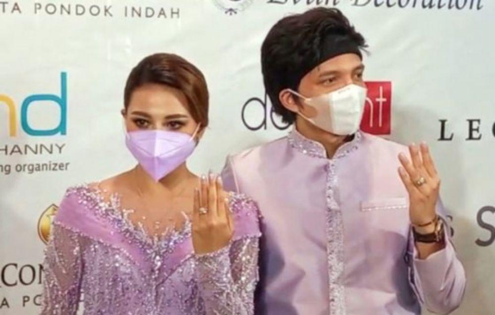 Atta Halilintar dan Aurel Hermansyah menunjukkan cincin yang terpasang dijari manis keduanya usai acara lamaran.