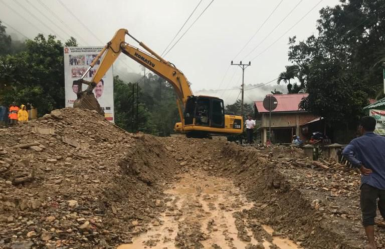 Pihak Balai Pelaksanaan Jalan Nasional (BPJN) Jambi membersihkan material yang sempat menutupi badan jalan di Muara Emat.