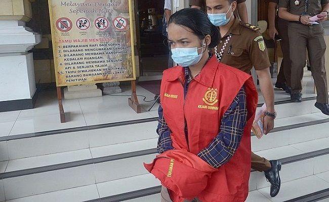 Terdakwa Putu Ririn Lersia Oktavia (rompi merah).