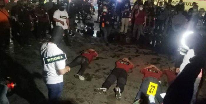 Rekonstruksi penembakan enam laskar FPI di rest area Tol Jakarta-Cikampek KM50.