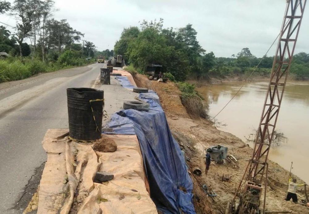 Petugas mulai melakukan penanganan ruas jalan Batanghari-Sarolangun yang amblas di Desa Batu Ampar, Pauh, Sarolangun kemarin (8/4).