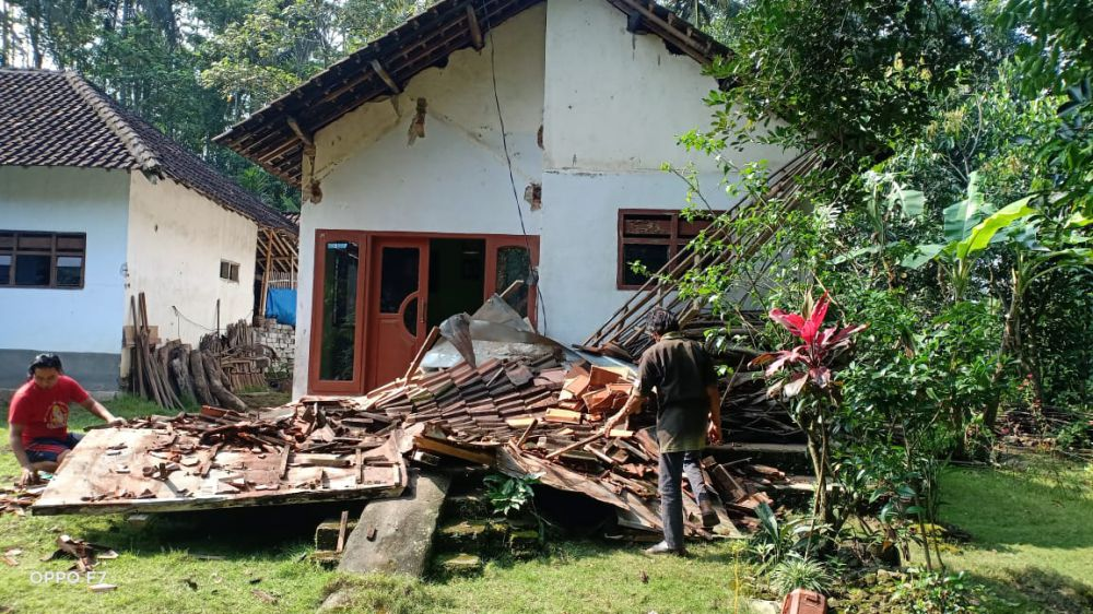 RUSAK PARAH: Salah satu rumah ambruk yang berada di Desa Tegalrejo, Blitar, Jatim. Dok. Humas BNPB