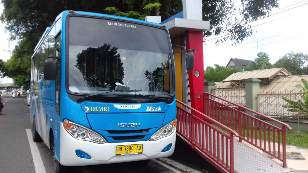 Bus Trans Siginjai menunggu penumpang di halte Inspektorat. 22 April nanti bus trans siginjai akan masuk bandara.