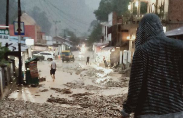 Ruas jalan Nasional Kerinci - Bangko tertimbun tanah bercampur batu kemarin (15/4) tepatnya di dekat rumah makan Romi di Muara Emat. Peristiwa ini terjadi akibat hujan deras sepanjang sore kemarin di daerah Kerinci.