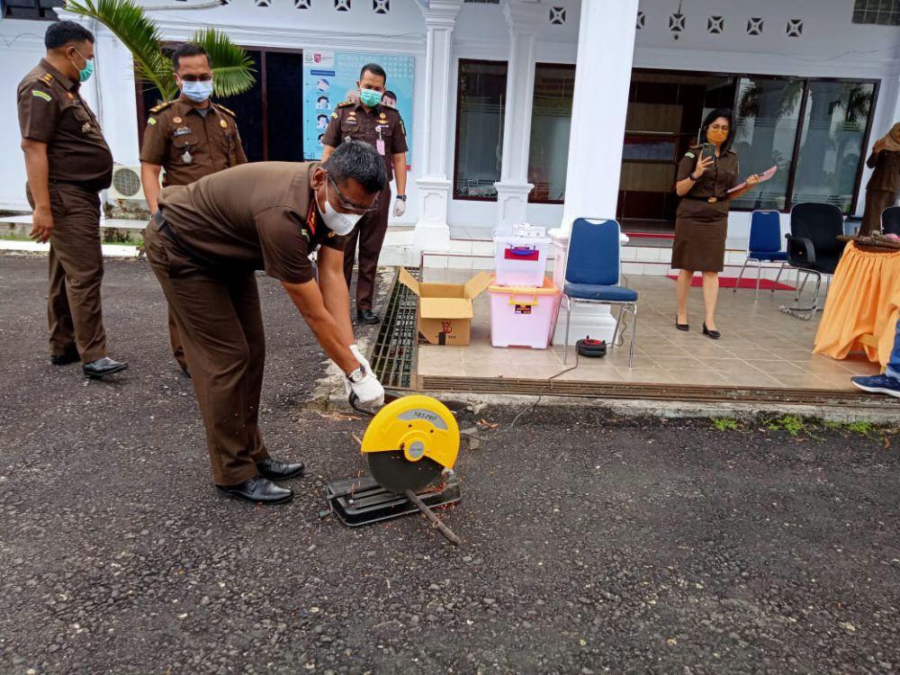 Kejari dan Pengadilan Sarolangun melakukan pemusnahan alat bukti berupa senjata tajam yang dimusnahkan dengan cara dipotong menggunakan alat pemotong