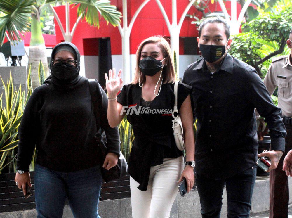 Penyanyi Cita Citata (tengah) saat tiba di Gedung KPK, Jakarta, Jumat (26/03). Cita Citata memenuhi panggilan Komisi Pemberantasan Korupsi (KPK) terkait dugaan dirinya menerima aliran dana suap bansos COVID-19 atas pembayaran mengisi acara yang digelar Kementerian Sosial di Labuan Bajo beberapa waktu lalu.